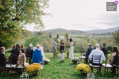 DC fotografia di matrimonio da The Inn at Mount Vernon Farm, Sperryville, VA che mostra la fioraia che occupa l'isola della cerimonia all'aperto