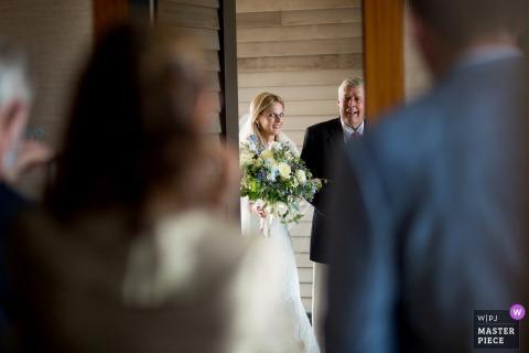 Fotografia ślubna Rhode Island z Westerly przedstawiająca pannę młodą z ojcem tuż przed wejściem na ceremonię