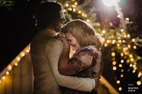 Fotografia di matrimonio in California dalla sede di Topanga Canyon, CA, che mostra lo sposo e sua madre che si godono un ballo insieme
