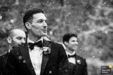 Il fotografo di matrimoni della California ha catturato questa immagine innevata all'aperto al Granlibakken Resort: Tahoe City, CA dello sposo che reagisce al vedere la sua sposa per la prima volta alla loro cerimonia