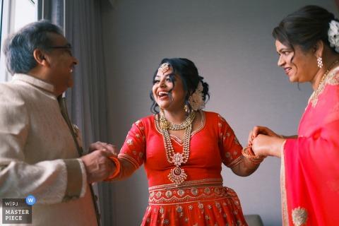 Auburn Hills Marriott Pontiac immagine della location per matrimoni della Sposa con i genitori per gli ultimi ritocchi e una risata! fotografo di matrimoni per