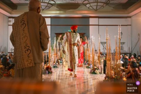 密歇根州的一位婚礼摄影师从新郎的奥本山庞蒂亚克万豪酒店拍摄了这张照片,参加了仪式