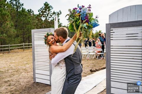 """Fotografia di matrimonio in Colorado da una casa privata, Foresta Nera, CO della sposa e dello sposo subito dopo aver detto """"Lo voglio"""""""
