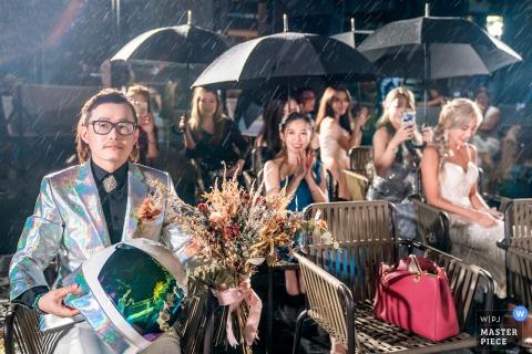 Foto de la boda del novio del Taipei Marriott Hotel y los invitados esperaban a la novia bajo una gran lluvia