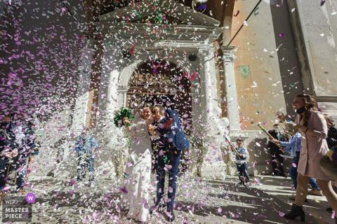 Foto de boda desde las escaleras de la Iglesia de Santa María de la Asunción, Gavardo (Bs) mostrando el Lanzamiento de confeti a los recién casados