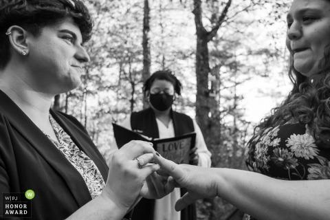 Imagen de boda de Georgia durante la ceremonia del anillo en una cabaña en Blue Ridge