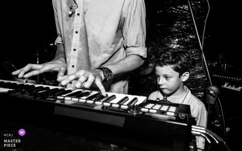 Photo de mariage d'Alagoas d'une réception au Brésil d'un jeune enfant regardant le claviériste