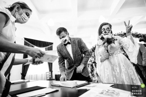 București wedding photo from Starea civila sector 5 With masks on during the ceremony signing