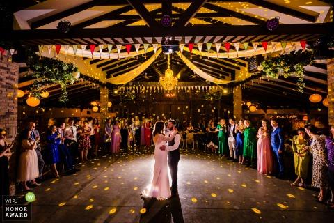 Photo de mariage en Irlande de Segrave Barns, Louth lors de la première danse pour le dernier mariage dans la salle avant le verrouillage de 2020