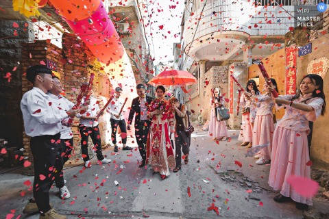Quanzhou Fujian wedding photography of the bride walking under confetti with a red umbrella
