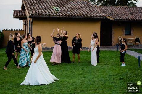 Italie photographie de mariage en plein air de Borgo San Faustino lors du lancement du bouquet