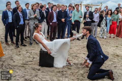 Noord Holland photo de mariage de la plage de Scheveningen de la jarretière récupérée par le marié