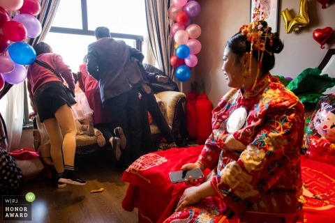 Jinhua wedding photo from Zhejiang at the bride's home when The groom was downstairs of the bride's house, and the guests of the bride's house look through the window