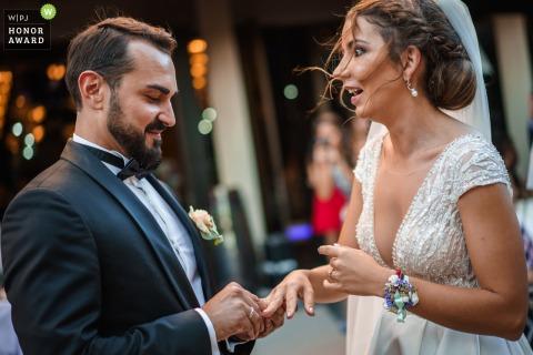 Foto de boda de Sofia de Bugaria en el Hotel Marinela cuando la novia se sorprende porque el anillo de bodas no quiere entrar en su dedo