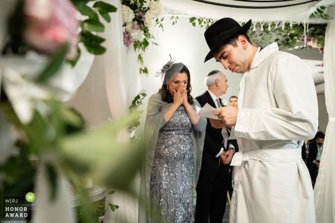 Foto do casamento no jardim do DoubleTree by Hilton Nashua, NH, antes da cerimônia, enquanto espera a noiva