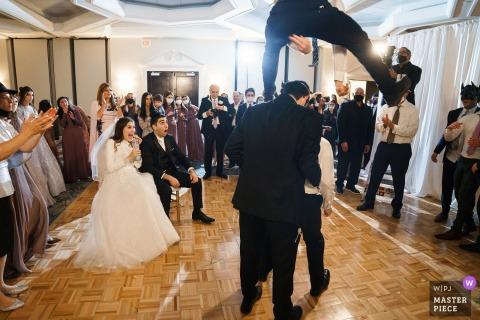 Fotografía de boda de NH del DoubleTree by Hilton Nashua de trucos de baile locos en la recepción