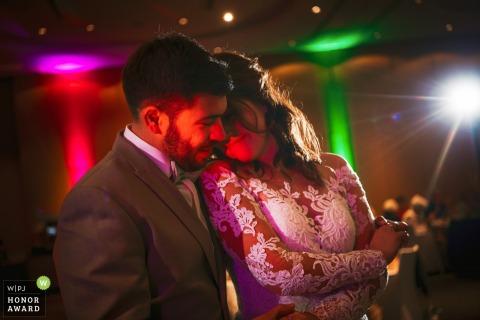 Photo de mariage du Bade-Wurtemberg de la réception éclairée montrant les mariés lors de la première danse