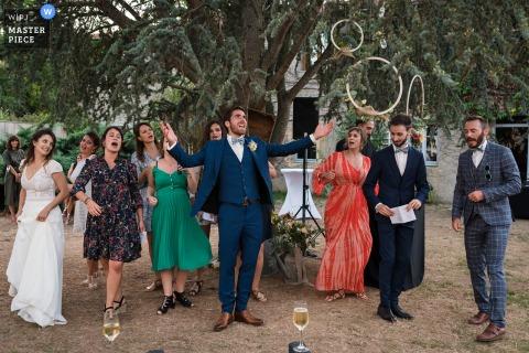 Auvergne-Rhône-Alpes Lieu de réception Bride & Groom dansant entre amis