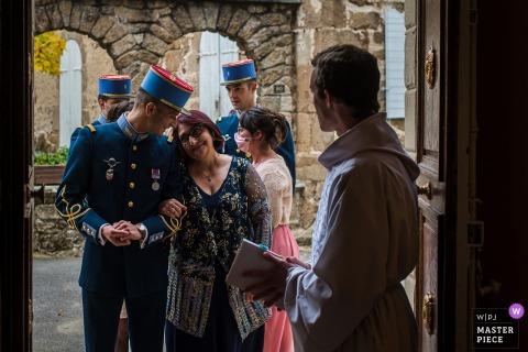 Photographie de mariage à Lyon de l'église d'Auvergne-Rhône-Alpes du marié et de sa mère