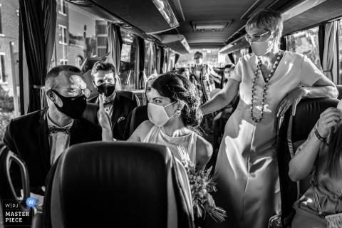 CORONA trouwfoto uit Leuven van het bruidsfeest Corona reist