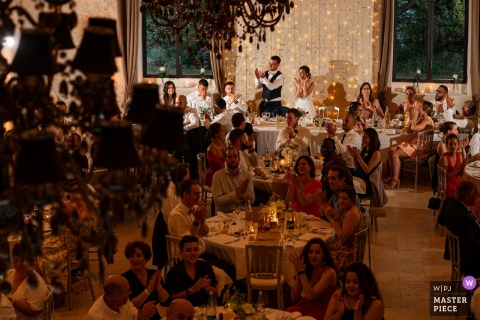 Trouwfotografie in Frankrijk van Ferme De Bouchemont van een receptieruimte Cheers