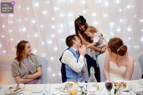 Foto di matrimonio in Inghilterra della sposa e dello sposo che danno il benvenuto ai loro ospiti