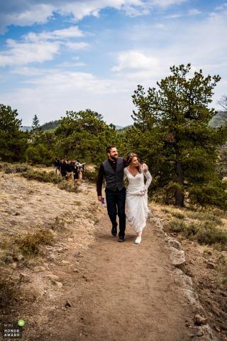 Photographie de mariage dans le Colorado de Hermit Park, Estes Park créée en tant que mariés lors de leur randonnée post-cérémonie