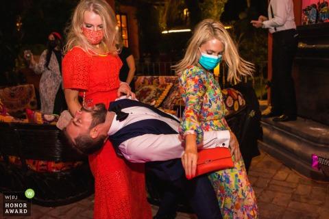 Trouwfotografie in Mexico van Casa Hyder, San Miguel de Allende, Mexico gemaakt als De bruidegom neemt een tequila-shot tussen zijn vrienden op zijn huwelijksreceptie