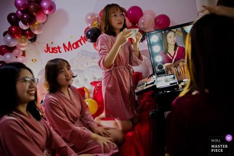 Image de mariage du Shaanxi de la mariée se maquillant et des amis plaisantent