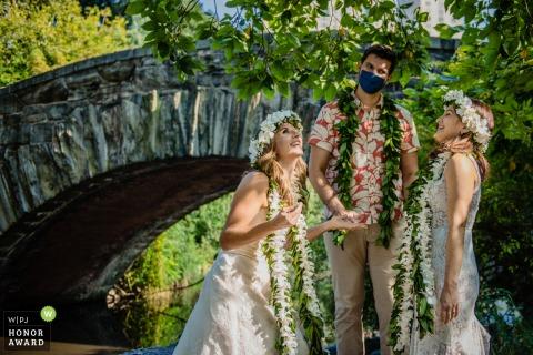 Photo de mariage d'une cérémonie de Central Park où l'une des mariées laisse presque tomber la bague dans l'eau