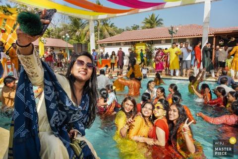 Ahmedabad, Inde photographie de mariage de la cérémonie de fête à la piscine