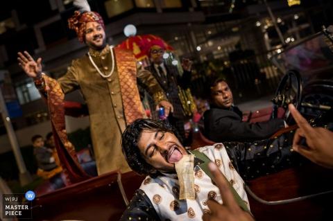 Delhi, Inde photo de mariage de la procession de Baraat avec musique et argent la nuit