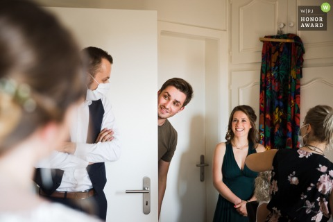 Bas-Rhin wedding photographer captured a curious groom, breaking the forbidden entry to see his bride to be