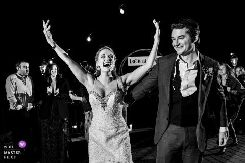 Della Terra Mountain Chateau, Estes Park, CO foto di matrimonio che mostra la sposa che alza le mani sulla pista da ballo