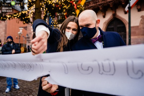 Römer Frankfurt bride and groom cut a banner after their marriage ceremony