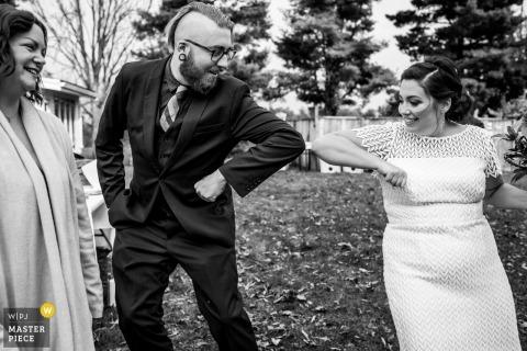 Fotografia di matrimonio di Kitchener Ontario che mostra abbracci e protuberanze al gomito all'aperto