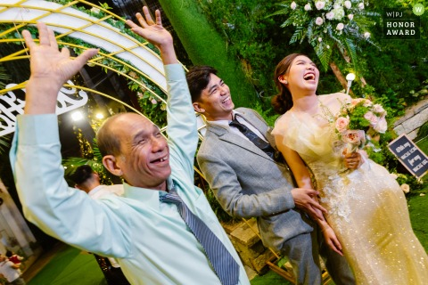 Ho Chi Minh City wedding image of the bride and groom saying goodbye to everyone