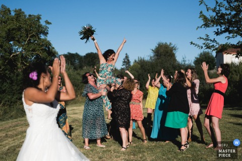 Andiran, Francia fotografia di matrimonio del ricevimento all'aperto con bouquet da sposa, lancio di fiori alle donne