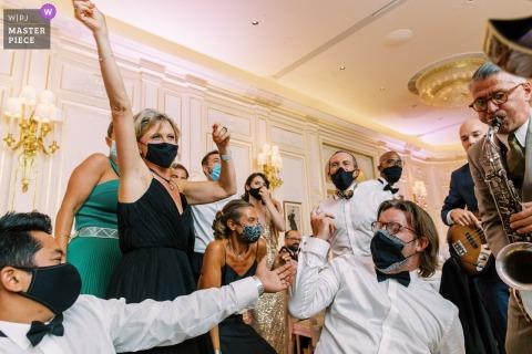Hochzeitsfotografie des Hotels Ritz Paris der Partyzeit während des Abendessens mit Live-Musik