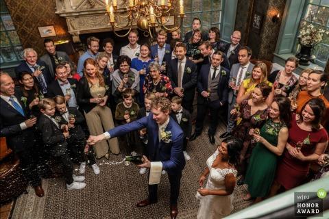 Noord Holland photographie de mariage du château de Wijenburg Echteld montrant la bouteille ouverte avec une épée à l'intérieur de la pièce