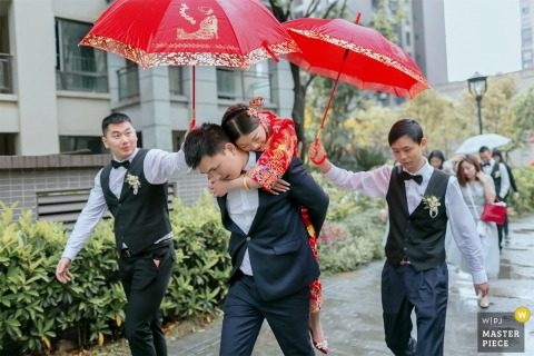 China Home wedding photography of the custom of the bridegroom carries the bride to the wedding car