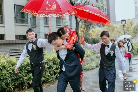 China Home fotografia di matrimonio dell'usanza dello sposo porta la sposa all'auto nuziale