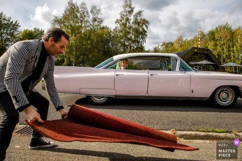 Vliegveld Twenthe foto di matrimonio creata mentre il conducente posa un tappeto rosso per gli sposi