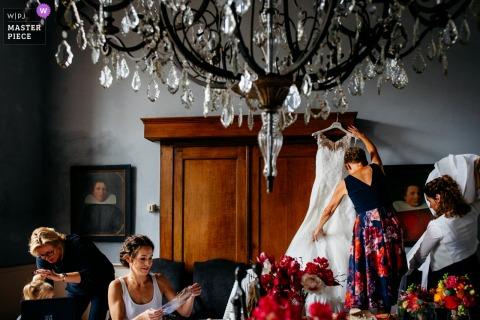 Photo de mariage aux Pays-Bas d'une scène de préparation occupée
