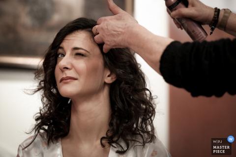 Casa della sposa fotografia di matrimonio della sposa e spray per capelli a sorpresa