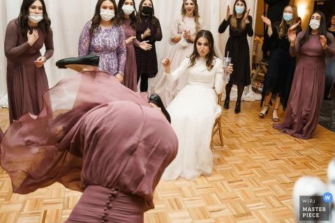 DoubleTree by Hilton Nashua, NH fotografia de casamento da parte de dança da noiva, enquanto dançavam separados dos homens