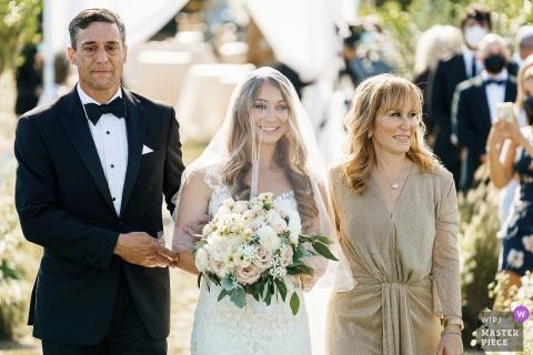 Seacoast Science Center, NH mostra a foto do casamento enquanto a noiva caminhava pelo corredor enquanto o pai estava quase chorando