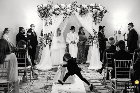Fotografia de casamento DoubleTree by Hilton Nashua, NH mostrando crianças brincando durante a cerimônia