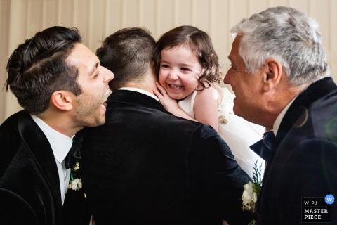 Ryland Inn Coach House, Hochzeitsfoto aus New Jersey, das das Blumenmädchen zeigt, lacht über Großvater und Onkel