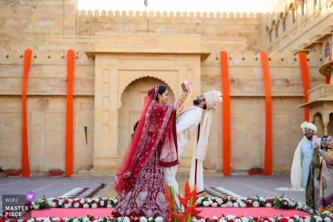 Jaisalmer, India trouwfoto van bloemen tijdens de varmaalceremonie